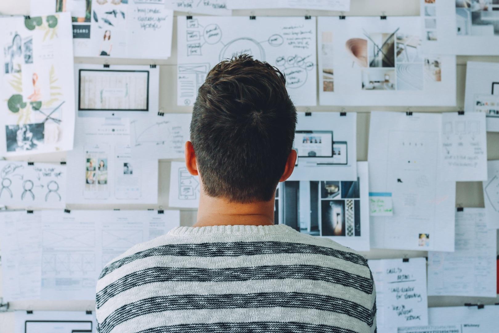 Homme qui regarde un dashboard papier