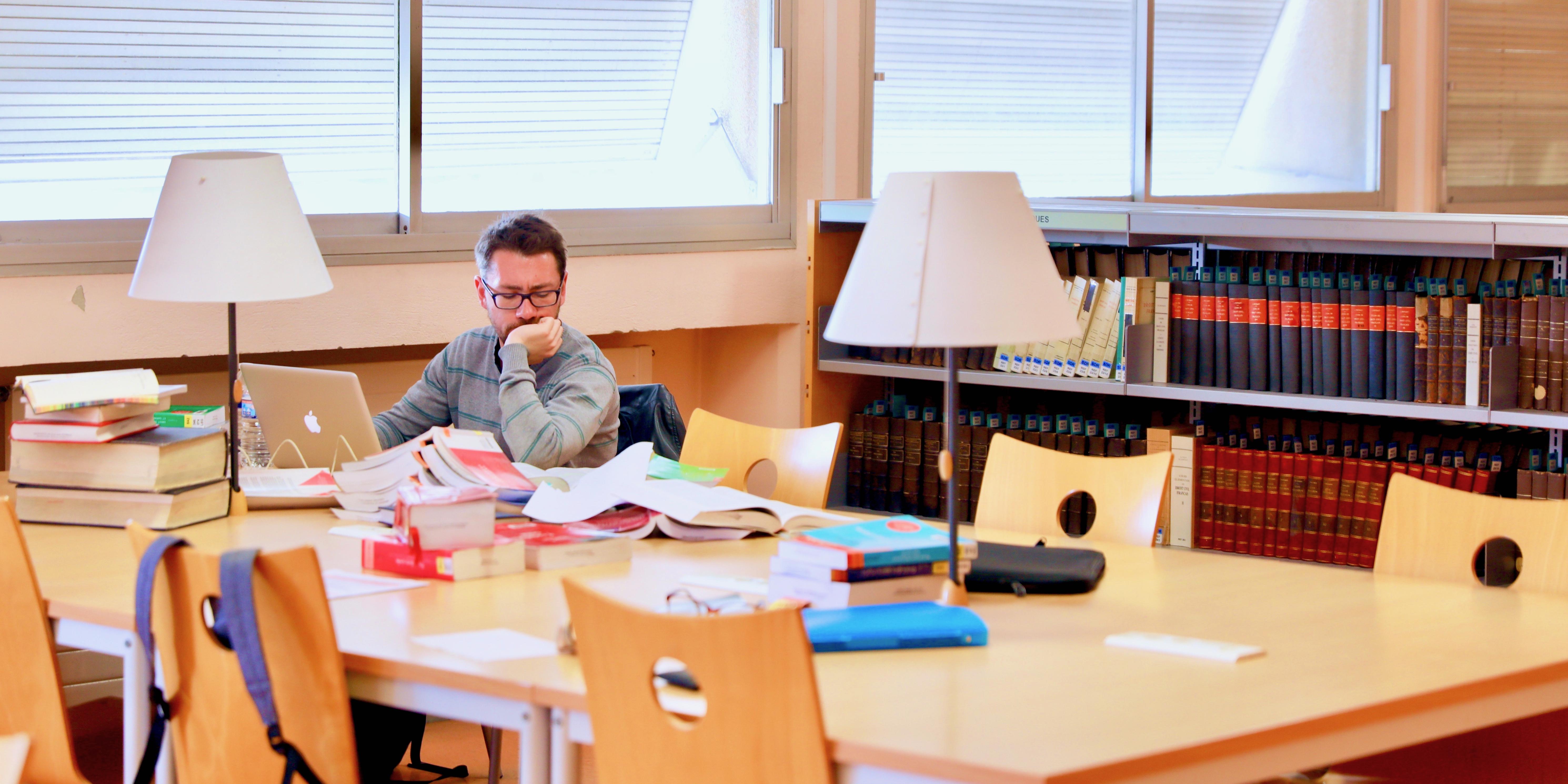 Doctorant travaillant dans une bibliothèque