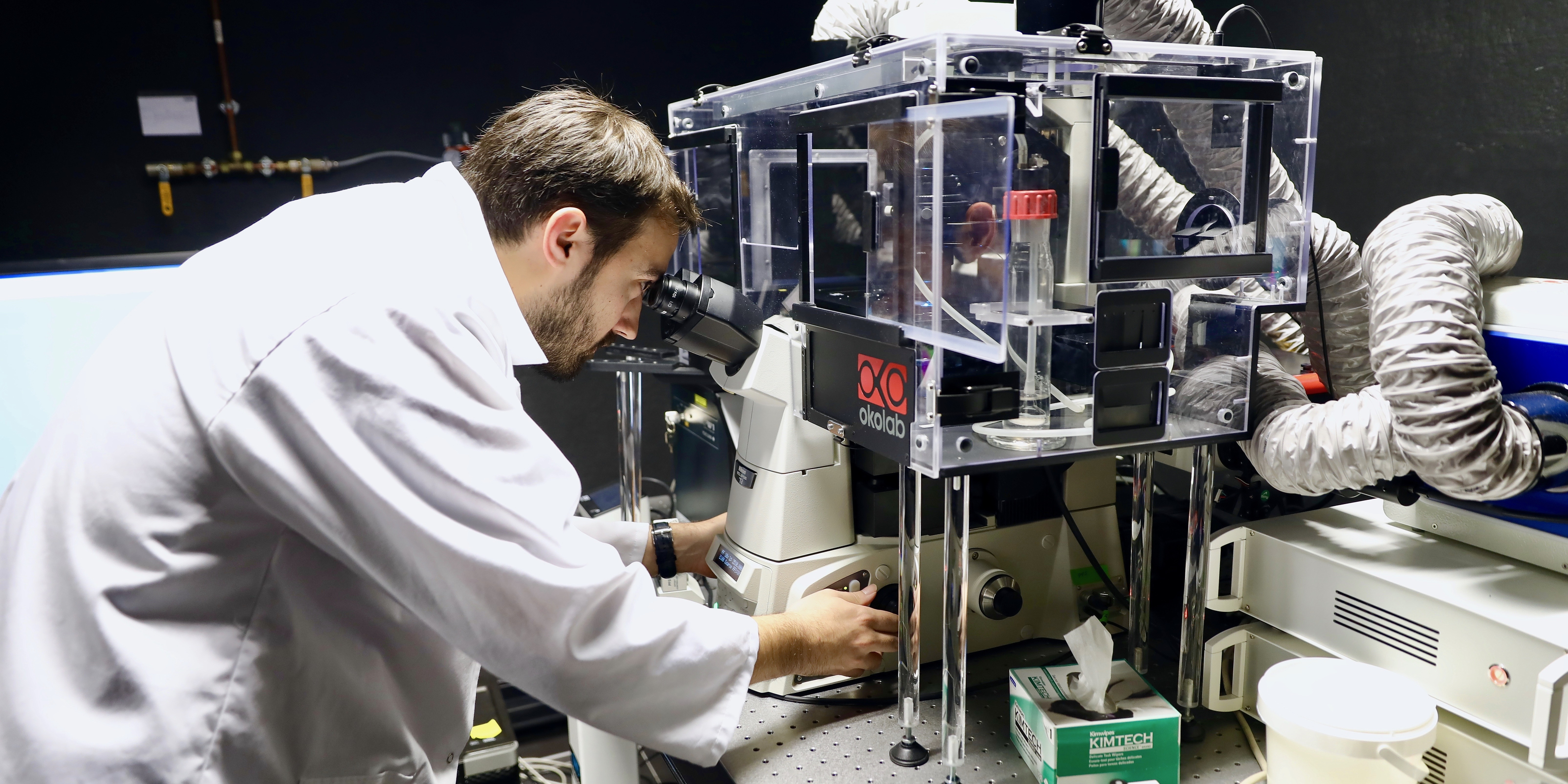 Chercheur devant un microscope confocal