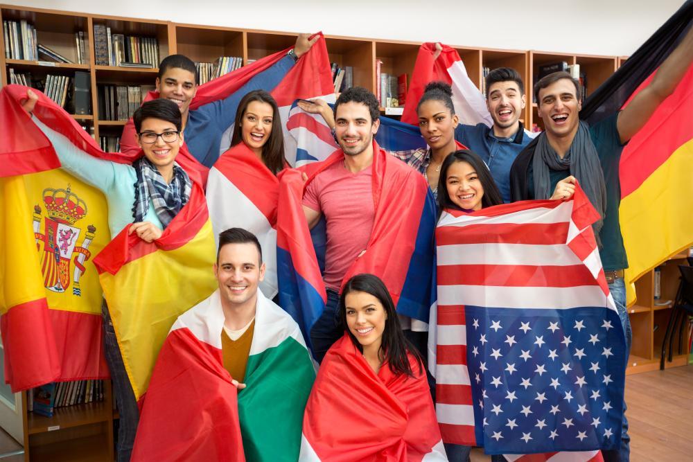 Étudiants de différentes nationnalité portant leurs drapeaux