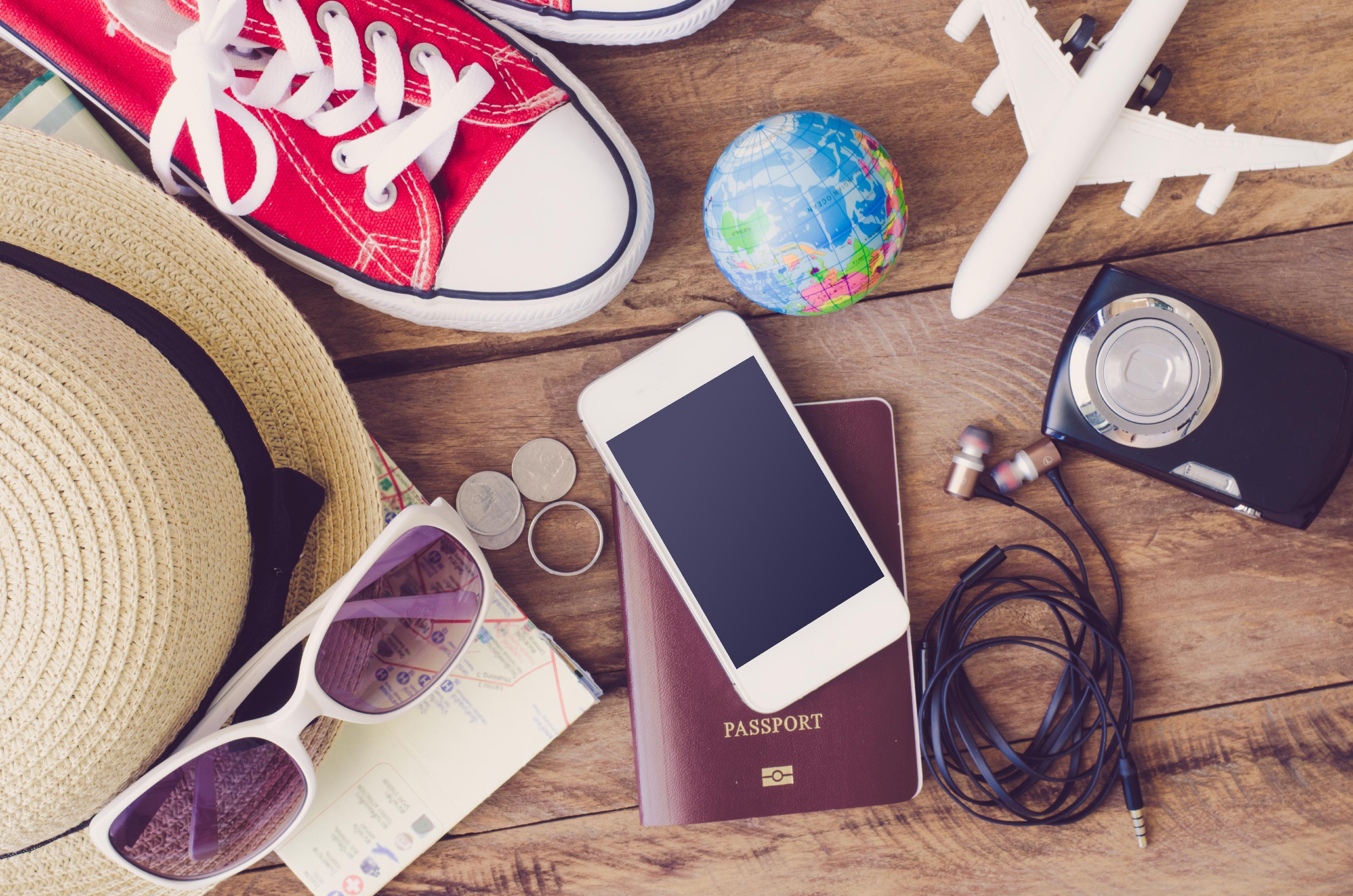 Kit de voyage d'un étudiant : passeport, basket, lunette de soleil...