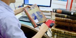 Personnel de bibliothèque scannant un livre