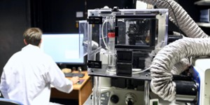 Chercheur dans un labo