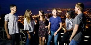 Groupe d'étudiants discutant sur les hauteurs de Nice